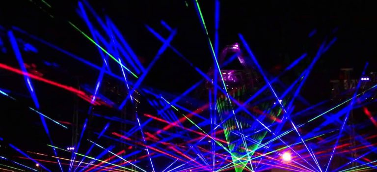 Comment fonctionnent les shows lasers en festival ?
